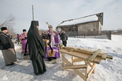 Освящен и установлен крест на куполе строящегося храма в селе Легостаево